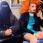 地下鉄で隣り合わせに座る2人の写真に世界が感動!「これが当たり前になってほしい」との声が殺到!