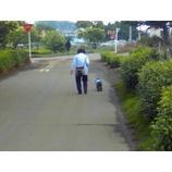 『おばあちゃんと小犬』の画像