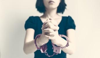 裁判官「親に性的暴行されまくった娘が親を殺した事件、どんなに頑張っても実刑はずせん…せや!」