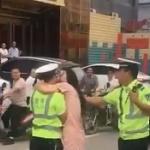 【動画】中国、交通違反やらかした女、罰金を逃れるため警官にぶちゅーっとキス! [海外]