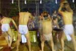午前0時。漢たちが裸で清める!これが、槃若寺の『寒水行』だ!