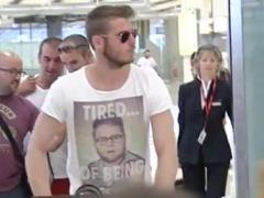 【画像】休暇の為にマドリッドの空港を訪れたマンUデヘアのTシャツがwwwww