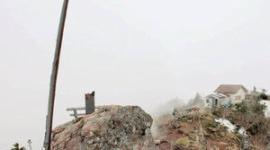 山頂に突き刺さる「伝説の剣」、140年間引き抜かれないまま腐って折れる