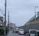 橋を渡った車が宙に舞い住宅2階にダイブ