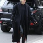 『【表情暗め…!?】ヘイリー・ビーバーがLAでエステサロンにお出かけ!Hailey Bieber drops by the salon in LA』の画像