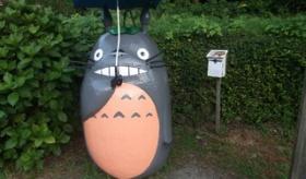 【世界のジブリ】   日本に 実際にある トトロの バス停 の写真。  海外の反応