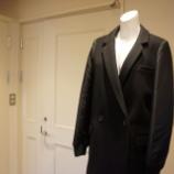 『Sinequanone(シネカノン)袖異素材チェスターコート』の画像