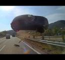 前方トラックの落とした金属棒、後続車に刺さる