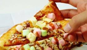 【食】  なんでこんなメニューを・・・。日本から 「ミルクキャラメル&マシュマロのピザ」が登場。   海外の反応