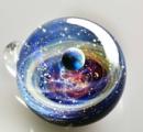 【画像】 ガラス玉に宇宙を詰め込んだ、とても神秘的な「宇宙ガラス」