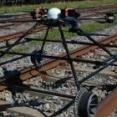 これが未来の鉄道管理?ドローンを使ってレールを点検