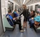 【ロシア】電車内で大股開きで座る男性の股間に 漂白剤をかけて回る女子大生