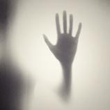 『【幼少の恐怖体験】戸の隙間から飛び出してきた手「センジュさん」』の画像