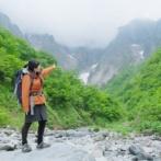 【画像】山ガールさん、山でカップラーメンの汁を捨ててしまう…