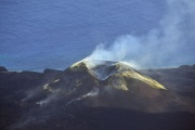 西之島 爆発的噴火や溶岩の流出続く