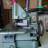 『【関商工会議所青年部の仲間にヤマト製DCY-108 ロックミシンを買っていただきました】カーペット用ロックミシンなのにストールの脇を縫い独自性を出すそうです!』の画像