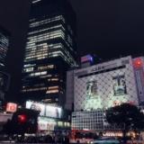 石原さんが渋谷で大きなさしこちゃんの写真を撮る