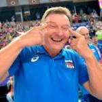 【韓国】バレーボール、ロシア代表コーチが韓国侮辱!満面の笑みで「つり目ポーズ」 [海外]