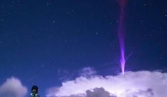 【驚愕】簡単には見ることができない気象現象『レッドスプライト』と『巨大ジェット』を捉えた驚きの写真
