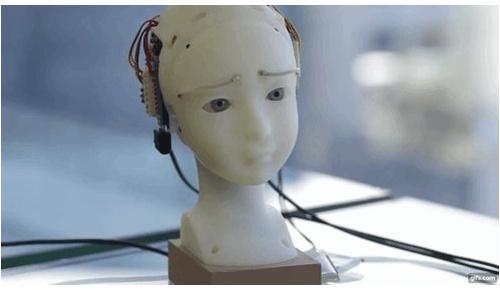 眼と眉の動きで感情を表現した日本人制作のロボットに海外大感動