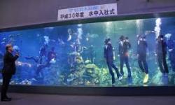 【三重】鳥羽水族館で水中入社式 スーツに潜水具姿で辞令受け取り