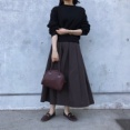 GUの「タフタフレアミディスカート」の使用感レビュー!ボリュームのあるシルエットと光沢感がゴージャス。女性らしい華やかな魅力のあるスカートです♪
