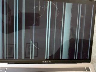 【怖い】『M1 MacBook』普通に使っていただけで画面が割れたという報告相次ぐ・・・