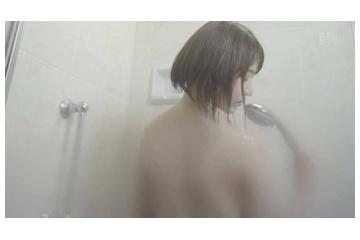 宮脇咲良の裸になってシャワーおっぱい