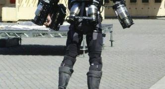 【発明】腕と背中にジェットエンジン装着。英発明家が「空飛ぶアイアンマンスーツ」を完成、披露