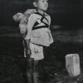 焼き場に立つ少年をカラー化