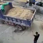 【動画】中国、満載のダンプカーがご帰還、だが、地面が重量に耐えきれずズドーン!