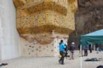 ロッククライミングウォールの壁面に『しめ縄』が飾られてる!~でも、周囲と同化し気づかない~