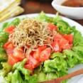 簡単やみつき!「カリカリじゃことトマトとリーフレタスのサラダ」