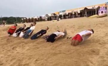 【衝撃】砂浜でできる謎の遊びwwwwこれ流行したら日本のビーチで異様な光景が繰り広げられそうだなwwww