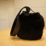 『AURORA PRESTIGE(オーロラプレステージ)バケツ型ワンハンドルムートンバッグ』の画像