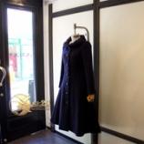 『新作店頭用バックプリーツコートをご紹介』の画像