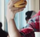 """マクドナルド大勝利!!CMで""""キムタク持ち""""が話題、食べ方が良い意味で注目される"""