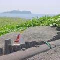 「江ノ島と小さなヨット」