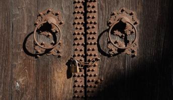 【問題】ここに2つの扉があります。どちらかが地獄への門でどちらかが天国への門です。