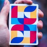 『幾何学的なフラットアートが特徴的なデック』の画像