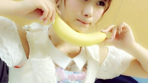 SKE48山内鈴蘭、2015年一発目の写メでバナナをくわえる