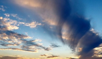 【空から巨大なドリル】吊るし雲の一種か 佐賀などで巨大な渦巻く雲の目撃相次ぐ