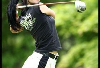 ミニスカートでゴルフしちゃう女子ゴルファーwww