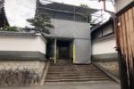 私部の想善寺の門が工事中で戸建住宅みたいな雰囲気になってる!