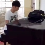 【動画】中国、洪水で冠水した大学のホールで颯爽とピアノを弾く男子学生が話題! [海外]
