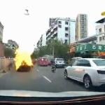 【動画】中国、走行中の電気自動車が突然、火噴いて爆発!後続車の車載カメラ映像