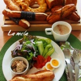 『上級 ミルクフランス、黒ごま食パン 中級 オレンジリング、バターロール』の画像