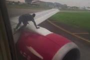 【ナイジェリア】滑走路で移動中の飛行機の翼に飛び乗り、キャビンに乗り込もうとした男 激写される
