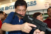 【朗報】ドゥテルテ大統領、強すぎる。「息子がま薬密輸やってたらコロした警官は無罪」