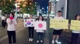 韓国人「私たちはクリスチョンです。友達になりましょう!」 博多駅前で和解パフォーマンス